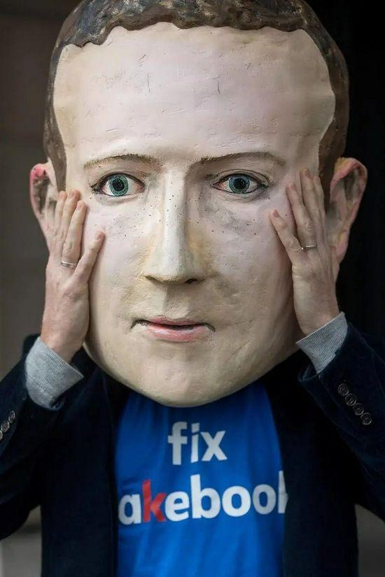 伦敦,民众戴着扎克伯格面具抗议用户信息遭泄露