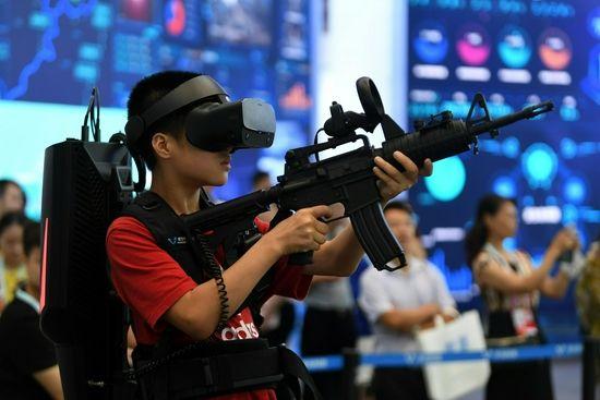 2019年8月26日,在重庆江北展馆,观众戴上VR高清头显和身体上的轻便装备,通过感知交互系统,真正实现电影《头号玩家》中的虚拟现实技术,体验宇宙探秘、室内CS、外星大战等虚拟场景,吸引了众多观众排队参与。